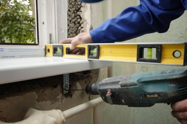 Современным пластиковым окнам требуется грамотный монтаж. При монтаже пластиковых окон рабочий обязан помнить о том, что окно в будущем будет подвергаться механическим, температурным и химическим нагрузкам, а значит от монтажа окна прежде всего зависит и его долговечность.