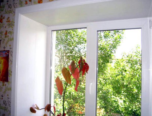 Мы предлагаем вам отличный вариант установки наружных пластиковых откосов. Их установка способна свести к минимуму возможные теплопотери, так как в процессе монтажа пространство между пластиковой панелью и наружной стеной заполняется утеплителем и монтажной пеной. Таким образом, тепло- и звукоизоляционные свойства оконной конструкции значительно улучшаются.