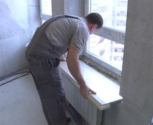 Для установки необходимо правильно сделать замер. Длина должна быть шире окна, чтобы, края входили в стену.